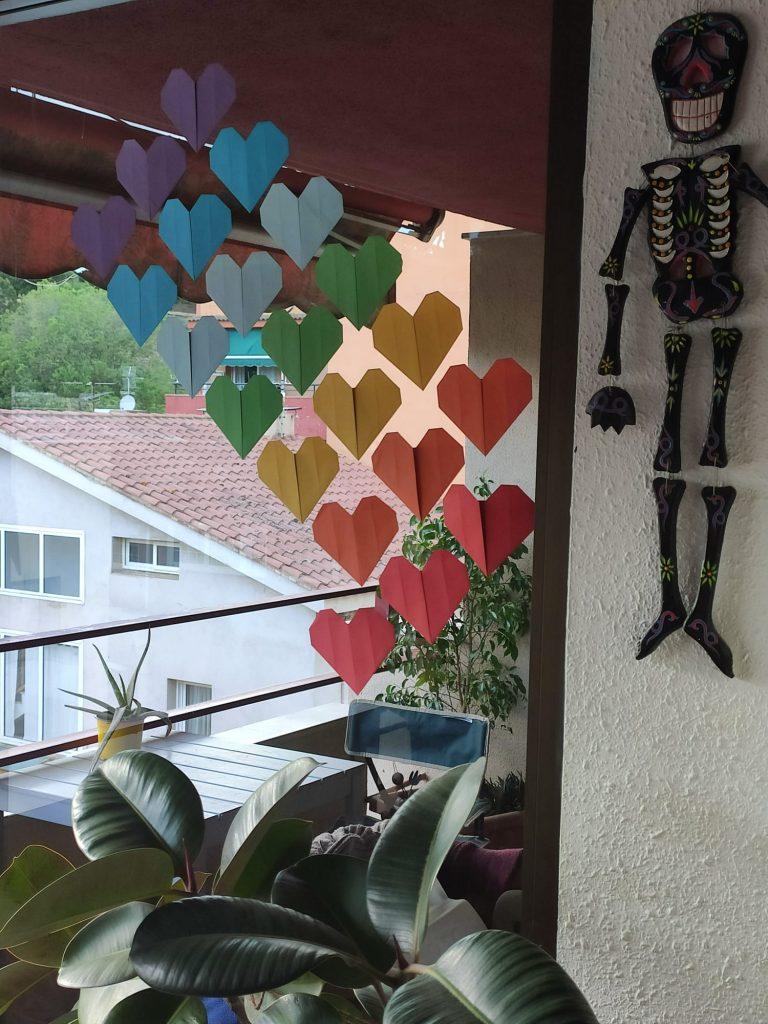 corazones en la ventana